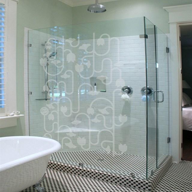 Decal mờ hoa văn là lựa chọn vô cùng thích hợp để trang trí cho phòng tắm, cửa toile