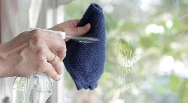 Sử dụng dung dịch vệ sinh kính chuyên dụng và khăn khô mềm để lau sạch bề mặt kính